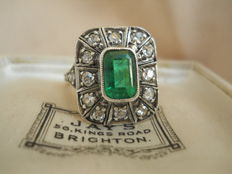 14 K cluster ring with a synthetic Emerald surrounded by old cut diamonds 1,25 ct., ca. 1930