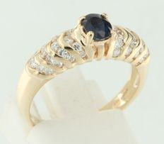 14 kt yellow gold ring set with central oval cut sapphire and 32 brilliant cut diamonds, ring size 17 (53)