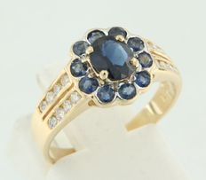 18 kt yellow gold entourage ring set with sapphires and brilliant cut diamonds; ring size 17 (53)