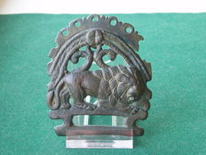 Roman bronze strap end end/belt plate - Reclining lion - beautiful green patina - 7.5 cm