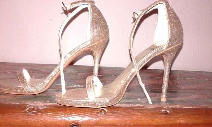 Stuart Weitzman golden high-heeled shoes