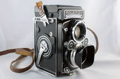 Bekijk onze Rolleiflex 3.5F with Planar 75mm F3.5  Serial n° . 2800765 . Beautiful vintage camera with original hood and strap