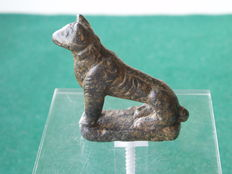 Roman bronze figurine - seated dog - magnificent green patina - 3.8 cm