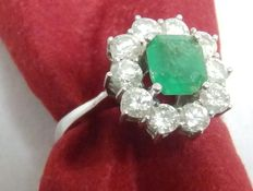 White gold ring with central Colombian emerald of 1.18 ct surrounded by ten diamonds of 1.2 ct. (H-I/SI). IGE certificate: