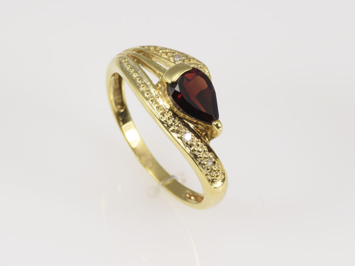 14 kt gold. 0.02 ct diamond. Garnet. Size: 52 (16.6 mm in diameter)