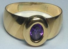 Yellow gold ring set with an amethyst stone.