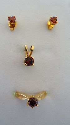 New Natural Red Diamond Set of a solitaire pendant, stud earrings and a ring in 14 kt solid yellow gold, 1.77 ct in total