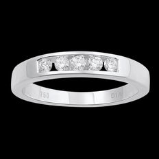 Brand new 18kt white gold wedding band with 5 round brilliant diamonds, 0.25ct total diamond weight. G colour and SI clarity. Size 54/N
