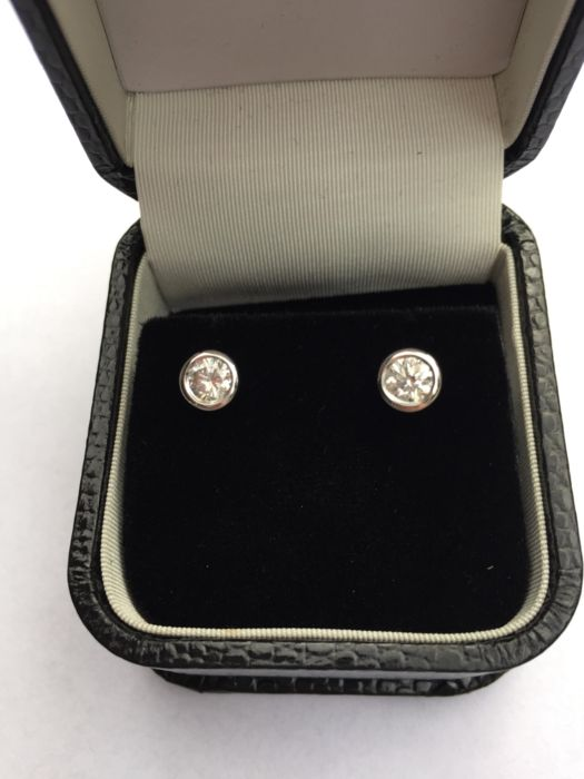 Wonderful earrings set with 1.02 ct diamonds, in 18 kt white gold - diameter of the mount 8 mm