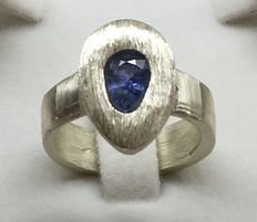 Ring with 1.03 ct sapphire, Sri Lanka, made by young designer AGH