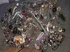 Over 500 items a Massive estate clearance jewellery brooches rare finds