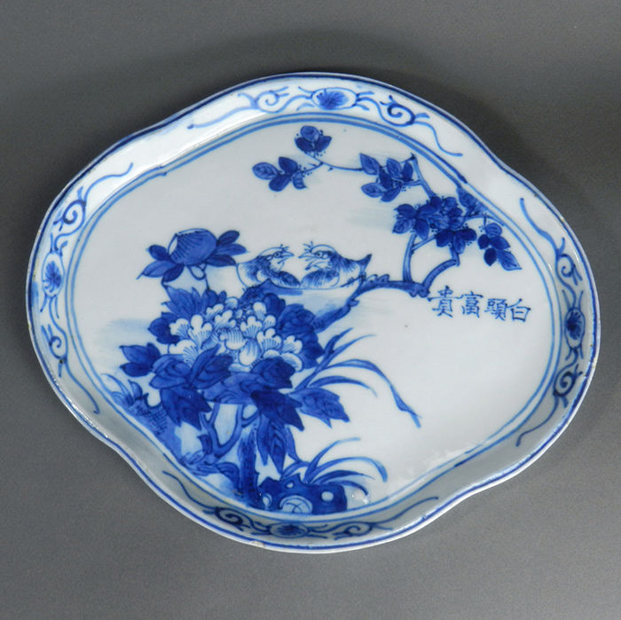 Porcelain dish with characters - China - late 19th/begin 20th century