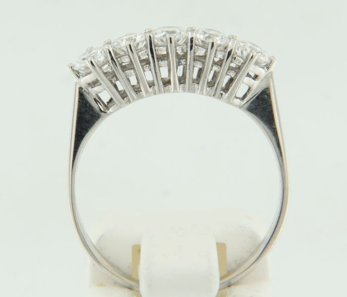 14 kt white gold ring set with 5 brilliant cut diamonds 0