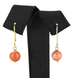 Yellow gold earrings with round-shaped natural Pacific coral
