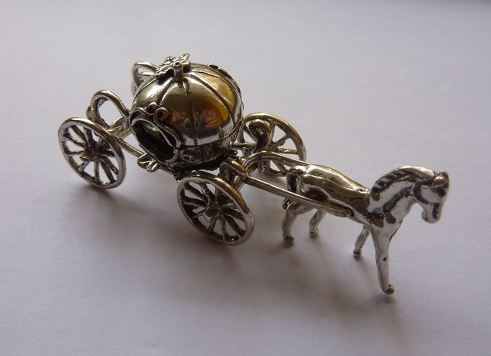 Pumpkin-shaped carriage