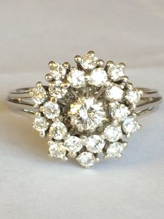 White gold, cluster ring set with 1.5 ct brilliant (G/H SI1).