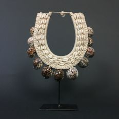 Decorative necklace of cowrie shells - LATMUL - Papua New Guinea