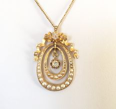 Large old 19th century pendant in 18 kt yellow gold adorned with 0.7 ct F/VVS diamonds and fine pearls