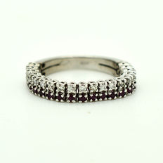 Band ring – 18 kt gold with diamonds (0.30 ct) and rubies - Size: 16