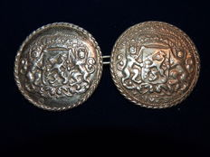 Silver belt buttons double sided with the Dutch coat of arms, D.H. Weissich, Middelburg, 1815-1828