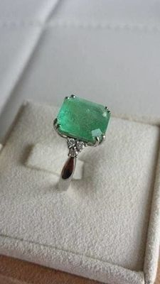 Ring in hallmarked 18 kt white gold (750) with emerald of 5 ct and 6 diamonds of 0.03 ct - reserve price only €700.