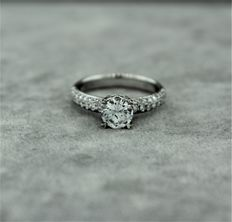Engagement ring in 18kt white gold set with diamonds