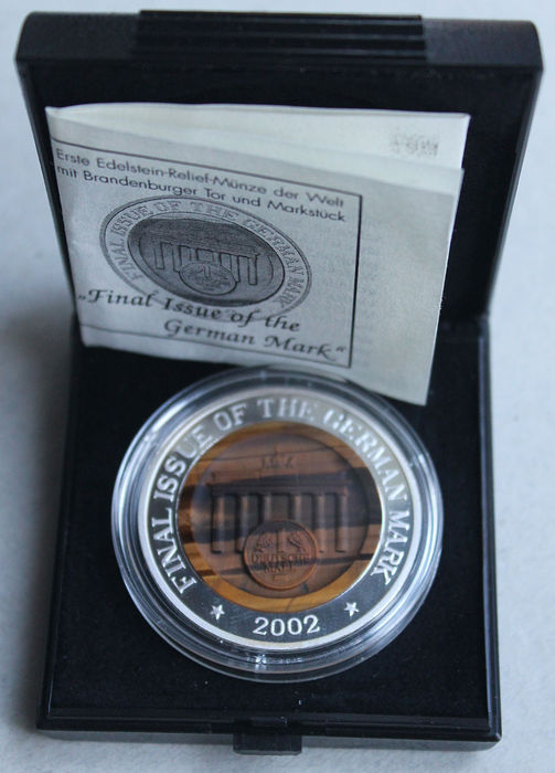 North Korea - 10 Won 2002 - silver-gemstone-relief coin