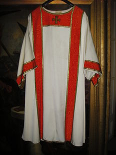 Liturgical robe in heavy ribbed silk and moiré and decorated with gold thread, Hannart Bruxelles label