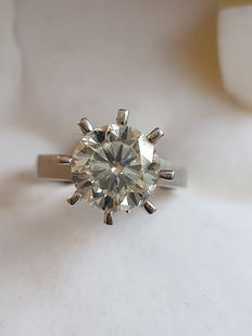 Solitaire ring in white gold with diamond.