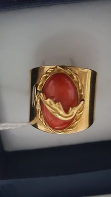 18 kt yellow gold shank ring with natural coral – 8.5 g