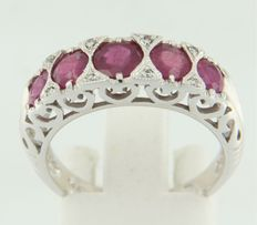 14 kt white gold ring set with ruby and brilliant cut diamond