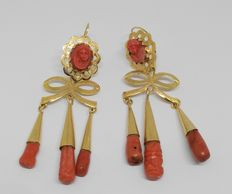 Long 18 kt yellow gold earrings – End of 19th / Early 20th Century – With salmon colour corals