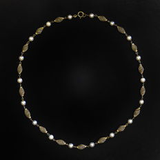 Gold necklace with pearls.