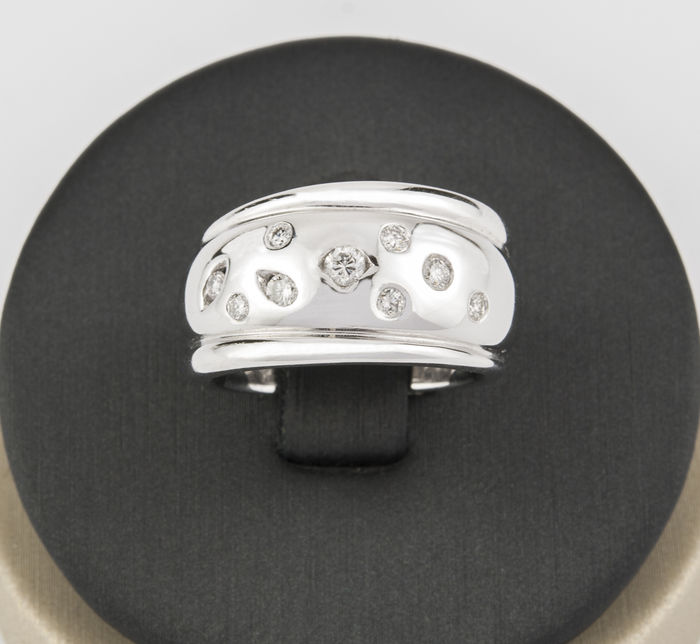 18 kt .750 white gold ring with 9 brilliant-cut diamonds totalling 0.50 ct – Ring size: 12 (Spain)
