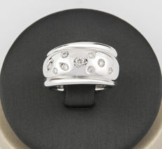 18 kt/750 White gold ring with 9 brilliant cut diamonds totalling 0.50 ct – Ring size: 12 (Spain)