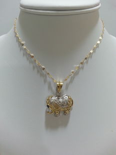 Necklace – 18 kt gold – With elephant-shaped pendant with  diamonds (0.34 ct) and sapphire (0.10 ct)