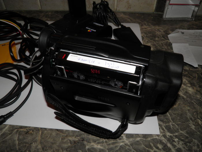 Nice, well-working Canon Hi8 Camcorder - type UC8HiE + 2