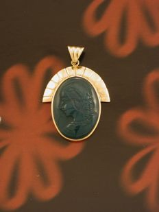 Pendant in hallmarked .750 yellow gold with green agate