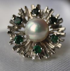 14 kt white gold pendant with 6 natural emeralds and see/salty pearl with very nice lustre + sterling silver necklace