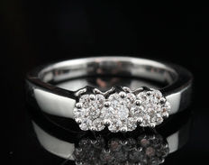 18kt gold diamond ring total approx . 0.34ct.