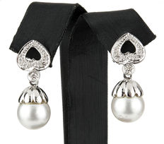 White gold earrings with diamonds and South Sea (Australian) pearls of 10.50 mm in diameter