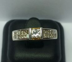 18 kt yellow gold ring, with princess cut diamonds