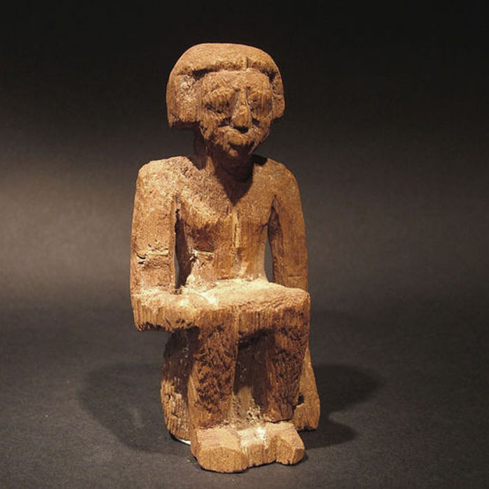 Egyptian wood seated figure from a model boat or workshop - 9,5 cm