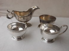 Lot of four pieces for sauces and ragout, Viners English Silver Plate