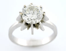 White gold solitaire ring, set with a central brilliant-cut diamond of 2.5 ct.