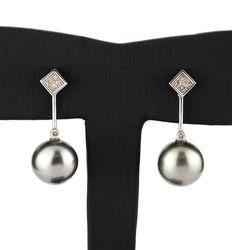 White gold dangle earrings with brilliant-cut diamonds set in a white gold square-shaped stud, and Tahitian pearls of 12 mm in diameter hanging from it.