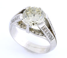 18 kt white gold ring set with a central brilliant-cut diamond of 3.5 ct.