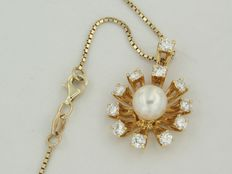 Yellow 14 kt yellow gold necklace with pendant with brilliant cut diamond and cultured pearl.