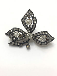 Gold and silver leaf brooch made at the end of the 19th century decorated with diamonds of 1.65 ct