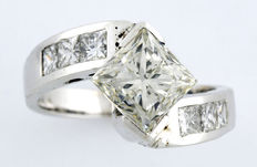 White gold engagement ring in a split shank design, set with princess-cut diamonds of 3 ct in total.